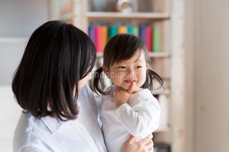 子どもを抱く母親の写真素材 [FYI02561192]
