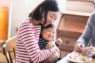 おやつを食べるファミリーの写真素材 [FYI02561230]