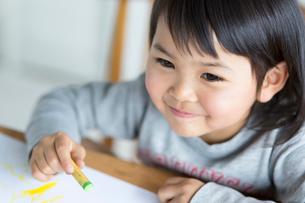 お絵描きをする女の子の写真素材 [FYI02561350]