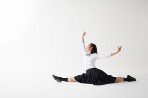 ダンスをする女子高生の写真素材 [FYI02561359]