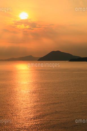 夕焼けの瀬戸内海と夕日の写真素材 [FYI02561650]