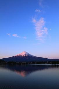 河口湖 産屋ヶ埼から望む夜明けの富士山と月の写真素材 [FYI02561895]