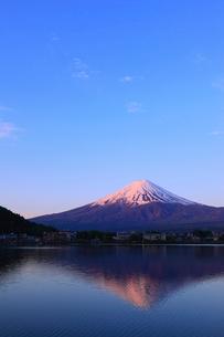 河口湖 産屋ヶ埼から望む夜明けの富士山の写真素材 [FYI02562027]