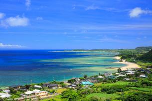 奄美大島 笠利の街並みとあやまる岬の写真素材 [FYI02562120]