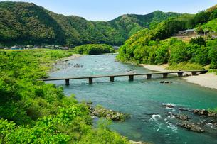 四万十川 中半家沈下橋の写真素材 [FYI02562176]