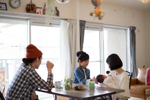 ダイニングテーブルでくつろぐ家族の写真素材 [FYI02562368]