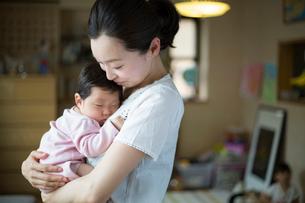 赤ちゃんを抱く母親の写真素材 [FYI02562517]