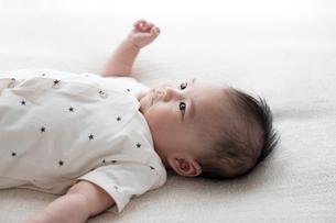 仰向けに寝ている赤ちゃんの写真素材 [FYI02562722]
