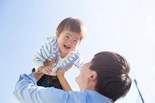 父親にたかいたかいをされる幼児の写真素材 [FYI02562730]
