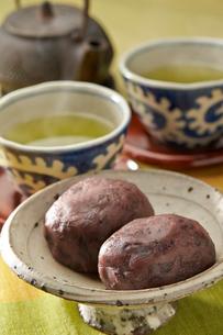おはぎと緑茶の写真素材 [FYI02562794]
