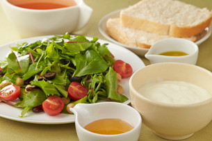 ベビーリーフのサラダとヨーグルトの写真素材 [FYI02562875]