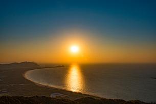 糸島 火山の夕日の写真素材 [FYI02563055]