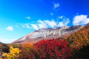 秋の鍵掛峠より望む大山に雲と紅葉の写真素材 [FYI02563299]