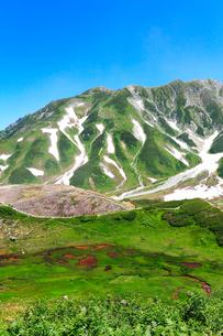 立山室堂平より血の池と残雪の別山の写真素材 [FYI02563323]