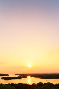 伊勢志摩・登茂山公園桐垣展望台より英虞湾の島々と夕日の写真素材 [FYI02563329]
