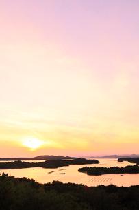 伊勢志摩・桐垣展望台より英虞湾の島々と夕日の写真素材 [FYI02563350]