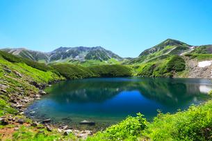 夏の立山室堂平・ミクリガ池と雄山の写真素材 [FYI02563553]