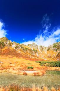 秋の中央アルプス・千畳敷カール剣ヶ池の写真素材 [FYI02563563]