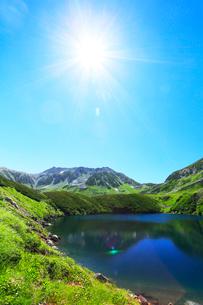 立山室堂平・ミクリガ池に雄山と太陽の写真素材 [FYI02563564]