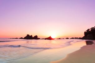 浜辺に寄せる波に朝日の写真素材 [FYI02563642]