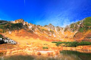 秋の中央アルプス・千畳敷カール剣ヶ池の写真素材 [FYI02563652]