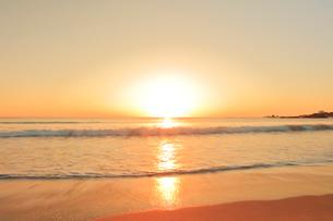 浜辺に寄せる波に朝日の写真素材 [FYI02563671]