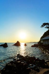 伊勢二見浦・夫婦岩に朝日の写真素材 [FYI02563712]