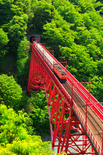 黒部峡谷鉄道・トロッコ電車の写真素材 [FYI02563739]