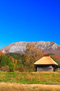 かやぶき小屋と紅葉に大山の写真素材 [FYI02563812]