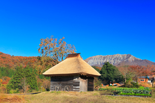 かやぶき小屋と紅葉に大山の写真素材 [FYI02563870]