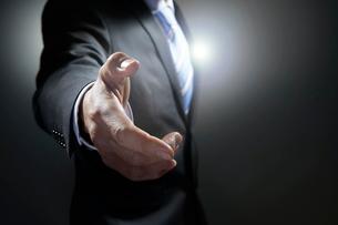 握手を求めるビジネスマンの写真素材 [FYI02563947]