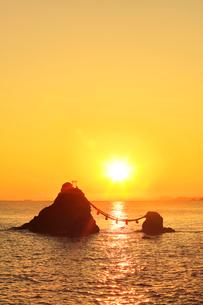 快晴の伊勢二見浦・夫婦岩に朝日の写真素材 [FYI02564065]