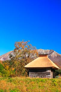 かやぶき小屋と紅葉に大山の写真素材 [FYI02564268]