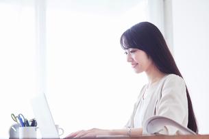 パソコンを見る女性の写真素材 [FYI02564368]