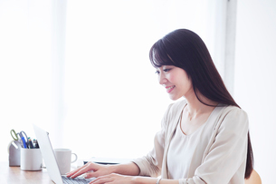パソコンを見る女性の写真素材 [FYI02564370]