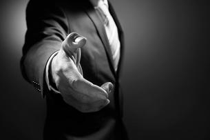 握手を求めるビジネスマンの写真素材 [FYI02564420]