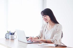 パソコンを見る女性の写真素材 [FYI02564526]