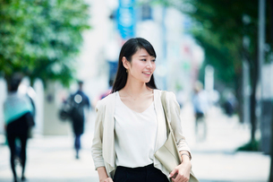 歩く女性の写真素材 [FYI02564535]