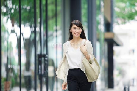 街を歩く女性の写真素材 [FYI02564548]