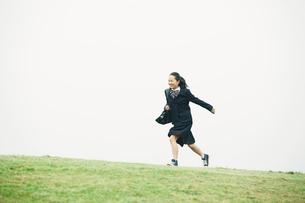 制服を着て走る女の子の写真素材 [FYI02564591]