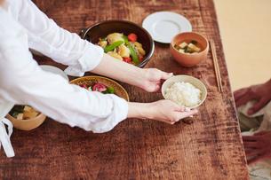 食事の準備をする女性の写真素材 [FYI02564602]