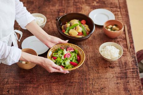 食事の準備をする女性の写真素材 [FYI02564620]