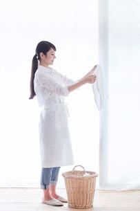 家事をする女性の写真素材 [FYI02564650]