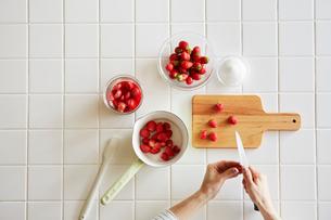キッチンでいちごジャムを作る女性の写真素材 [FYI02564813]