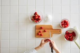 キッチンでいちごジャムを作る女性の写真素材 [FYI02564821]