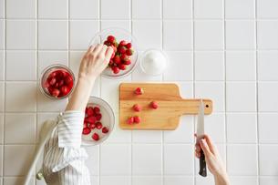 キッチンでいちごジャムを作る女性の写真素材 [FYI02564861]