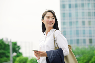 スマートフォンを持つ女性の写真素材 [FYI02564897]