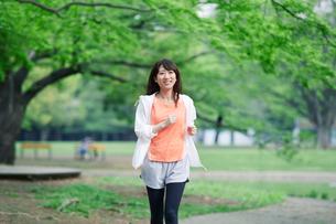 緑の中を走る女性の写真素材 [FYI02564919]