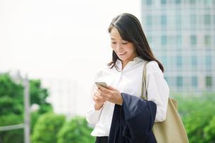 スマートフォンを持つ女性の写真素材 [FYI02564948]