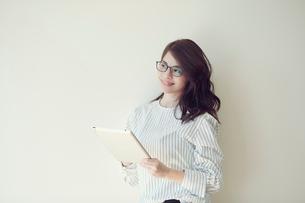 タブレットを持つ女性の写真素材 [FYI02564977]